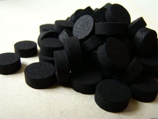 Активированный уголь имеет свойство окрашивать каловые массы в насыщенный черный цвет
