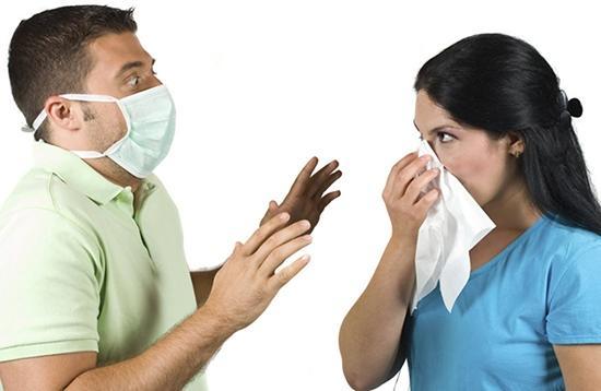 Как правило, если в семье или в тесном коллективе кто-то один заражается ротавирусной инфекцией, в период с трёх до пяти дней по очереди вирус добирается и до всех остальных