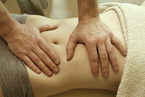 Массаж помогает устранить застойные явления в области малого таза и улучшить кровообращение в сосудах кишечника