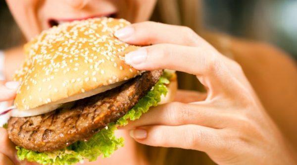 Людям, склонным к заболеваниям желудка придется отказаться от фаст-фуда