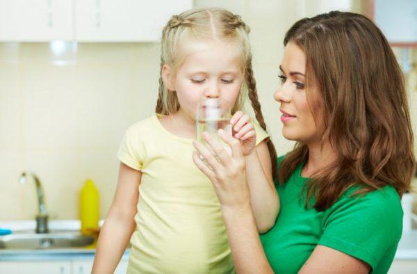 Поите ребенка водой, чтобы избежать обезвоживания