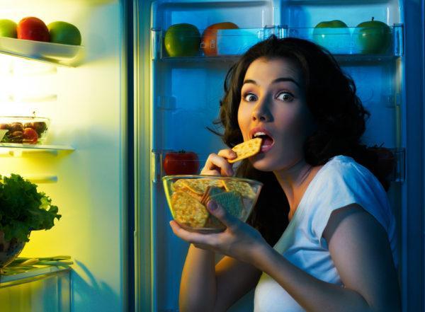 Еда перед сном и ночные перекусы перегружают желудок