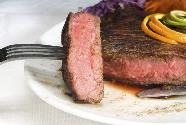 Мясо должно быть хорошо приготовлено. Стейки с кровью, сырой фарш и плохо провяленное мясо - источники заражения бычьим цепнем