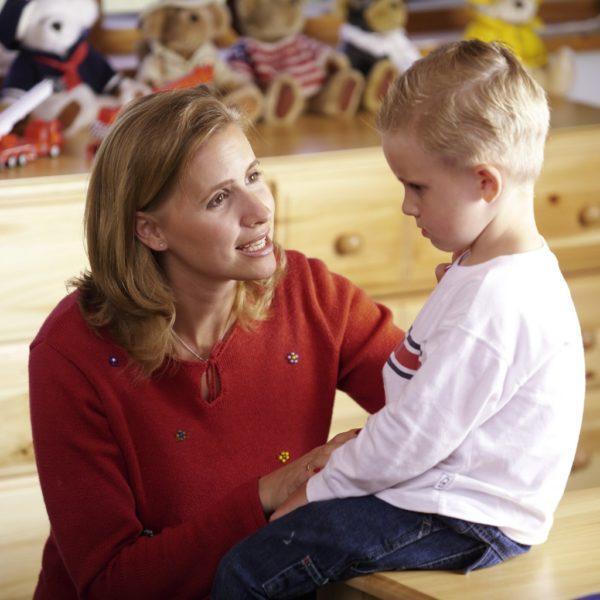 Если малыш уже умеет говорить, нужно спросить у него не глотал ли он какие-то предметы