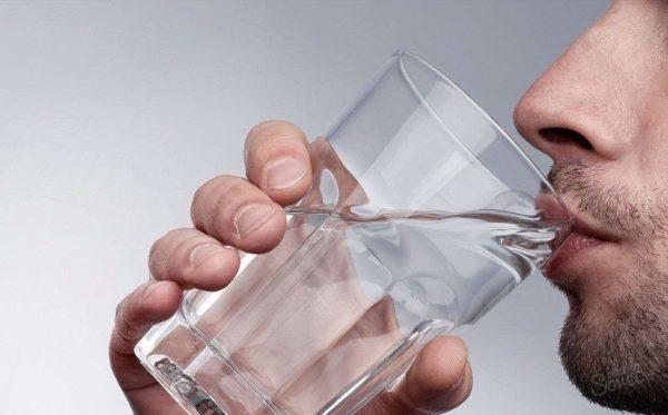 Можно сделать пару глотков воды, чтобы смочить рот