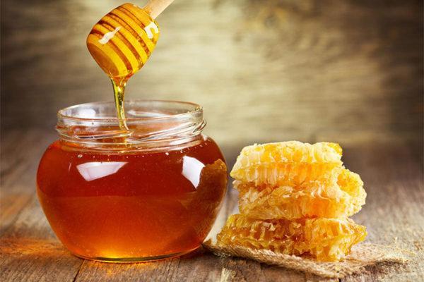 Добавлять нужно жидкий не засахаренный мед