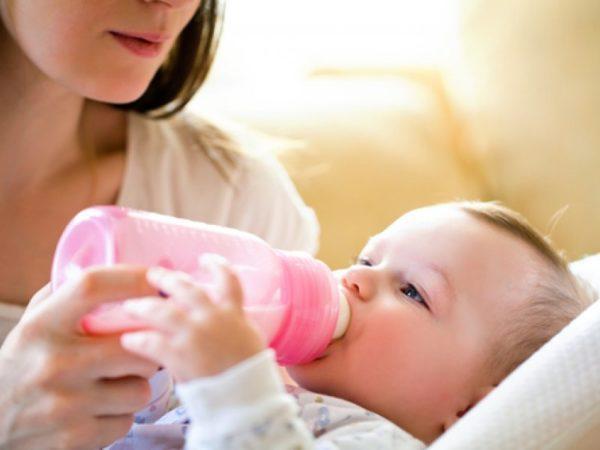 Предпочтительнее кормить грудным молоком, а не смесью