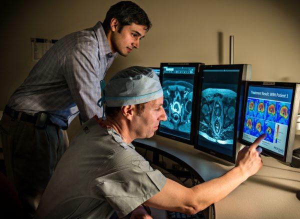 Специалист изучает снимки и ставит диагноз