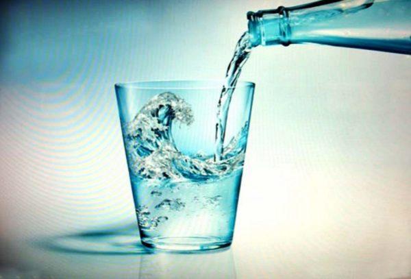 Необходимо пить воду в достаточном количестве для выведения токсинов из организма, а также для поддержания нормальной вязкости крови и профилактики образования тромбов, которое нередко бывает после операции