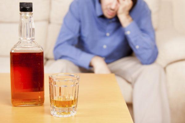 Алкогольная зависимость может привести к болям в животе