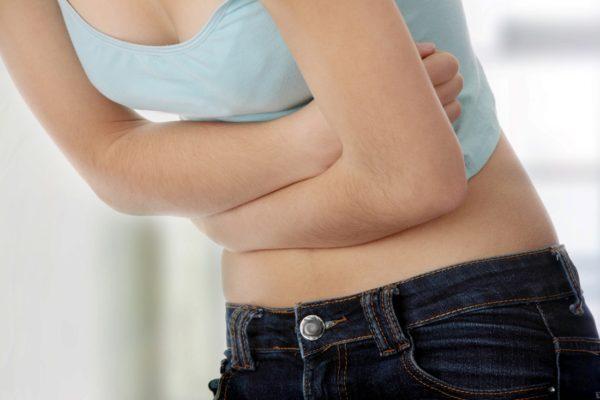 Боль может усиливаться перед актом дефекации или спустя некоторое время после приема пищи