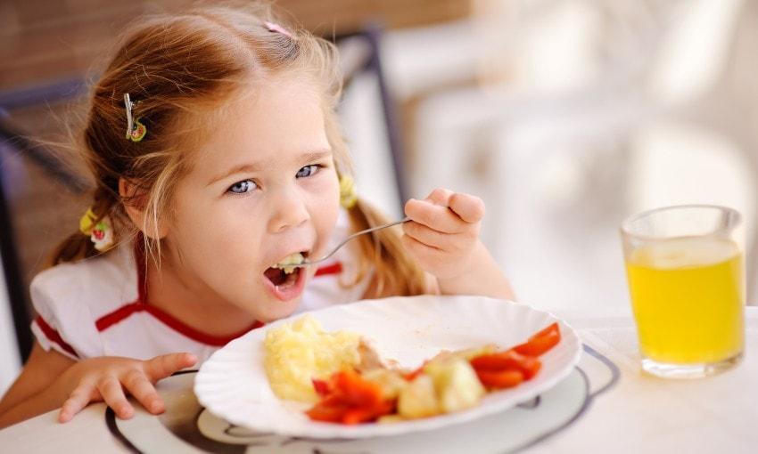 Диета при запорах у детей 1-10 лет: меню и режим питания, правильный лечебный рацион