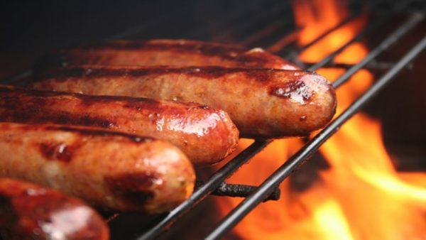 Иногда можно готовить сосиски на гриле, но лучше не увлекаться этим блюдом