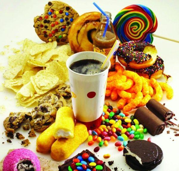 Консерванты и красители в еде негативно влияют на желудок
