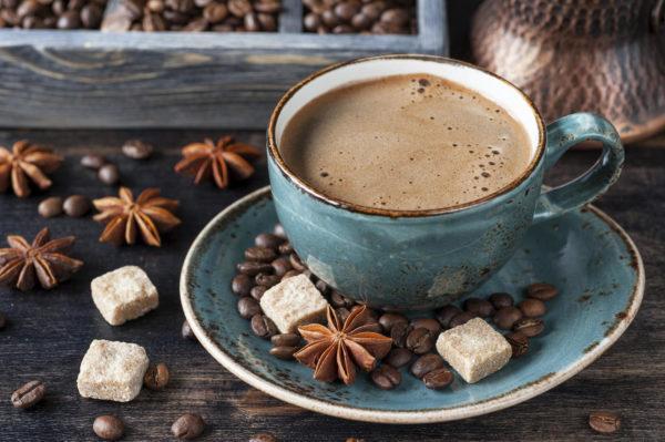 Кофе - напиток с высоким содержанием кофеина, провоцирует повышение кислотности в желудки, вызывая тем самым изжогу