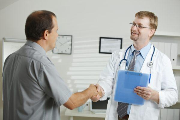 При первых болевых ощущениях следует обратиться за диагностикой к специалисту: урологу, гастроэнтерологу или нефрологу