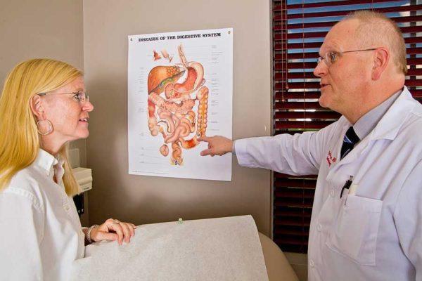 Лечением заболевания желудочно-кишечного тракта и связанных с ним болей в желудке занимается врач-гастроэнтеролог