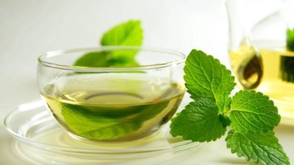 Мятный настой одно из самых эффективных народных средств для устранения спазмов кишечника и желудка