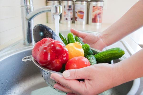 Необходимо мыть овощи, фрукты перед едой