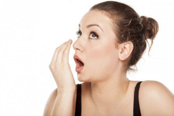 Неприятный запах изо рта может быть признаком кисты печени