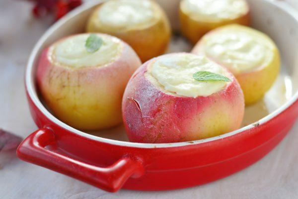 Печеное яблоко с творогом - прекрасный десерт для детей