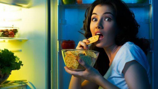 Переедание на ночь способно привести к недостаточности сфинктеров отвечающих за рефлюкс желчи