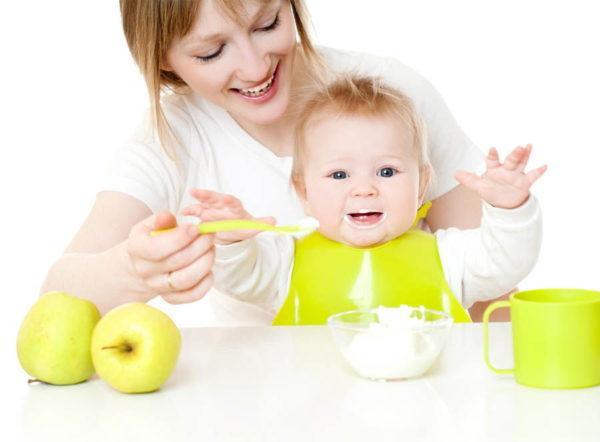 В норме прикорм ребенка не должен сильно отразиться на качестве и количестве его кала