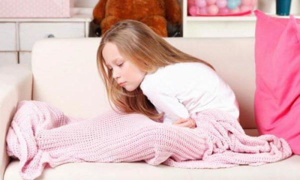При болях в животе ребенок принимает неудобные позы