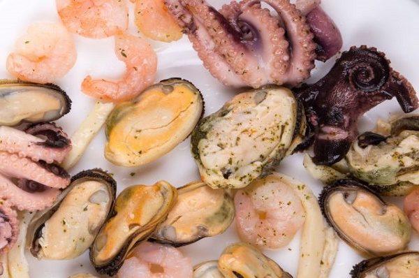 При запоре лучше отказаться от жирного мяса в пользу вареных или приготовленных на пару морепродуктов