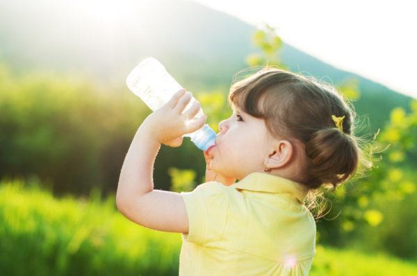 Ребенку лучше давать бутилированную или кипяченую воду