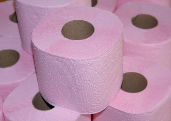 Слишком грубая и жесткая туалетная бумага - еще одна из возможных причин