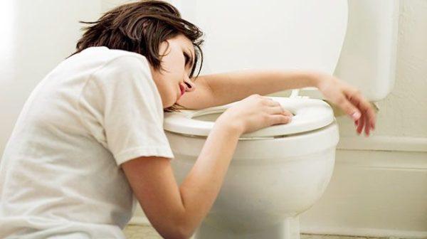 Тошнота и рвота - признаки выброса желчи в желудок
