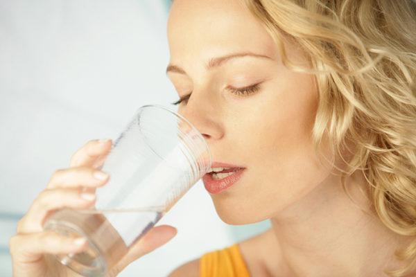 В день нужно выпивать до двух литров чистой воды