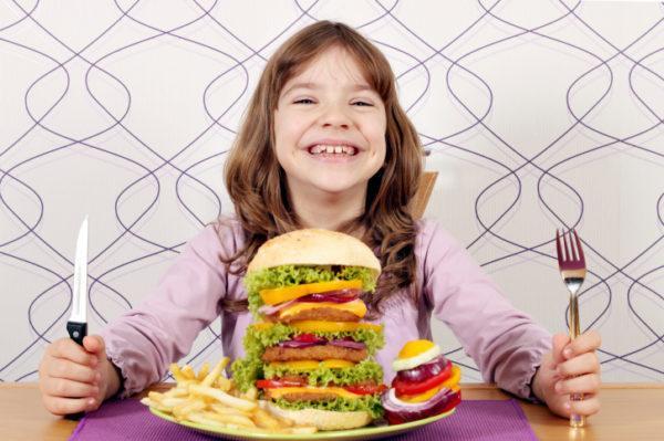 В детском возрасте главным фактором, провоцирующим гастродуоденит, является неправильное питание
