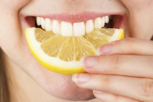 В норме человек ощущает кислоту во рту только после приёма в пищу соответствующих продуктов