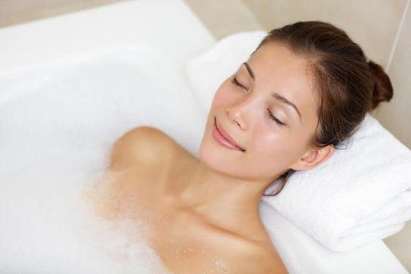 Ванна с горячей водой поможет очень быстро справиться с повышенным напряжением мышц желудка