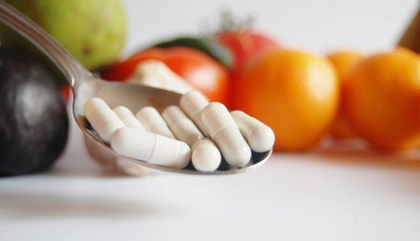Витамины нужно принимать после завтрака, чтобы не раздражать стенки желудка
