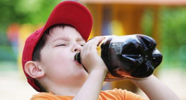 Вредные напитки и продукты с большим количеством красителя плохо влияют на ЖКТ ребенка
