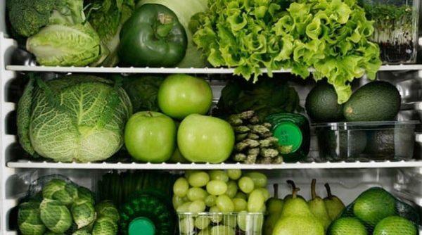 Зелень и зеленые овощи могут окрасить цвет стула. Не стоит волноваться, если не болит живот и нет диареи