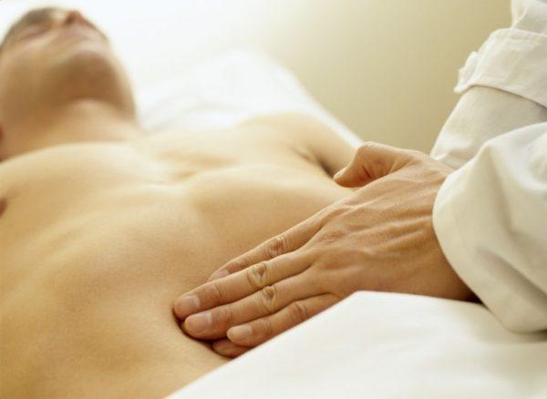 Больная печень обычно увеличена и это легко заметить при пальпации