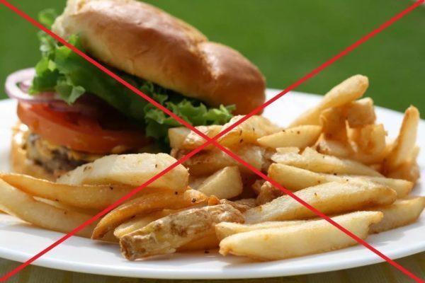 Жирную и вредную пищу нужно исключить