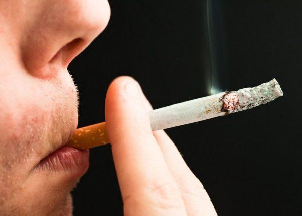 У курильщиков со стажем язык желтый