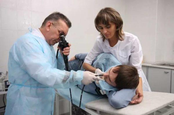 Эзофагогастродуоденоскопия позволяет не только осмотреть пищеварительные органы изнутри, но и взять для цитологического и гистологического исследований кусочек ткани из патологического участка слизистой, а также осуществить лечебные манипуляции, если возникает такая необходимость