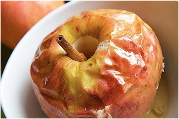 Печеные яблоки могут заменить десерт на время болезни