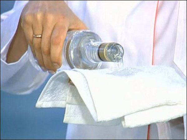 При высокой температуре тела можно делать обтирания водой или слабым раствором уксуса
