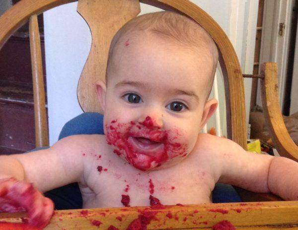 Важно отличать примесь крови в кале у ребенка от частичек красящих продуктов, например свеклы