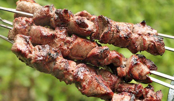 Мясо для шашлыка нужно нарезать небольшими кусочками