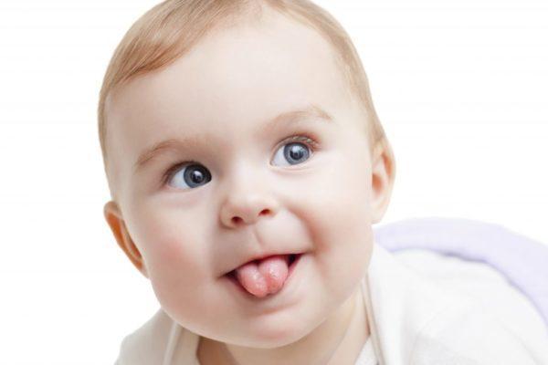 Любое изменение и затягивание языка налётом – повод обратить на здоровье малыша внимание