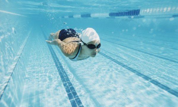 Во время плавания нагрузка на все мышцы организма распределяется равномерно, и излишнее давление на область таза и брюшную полость исчезает