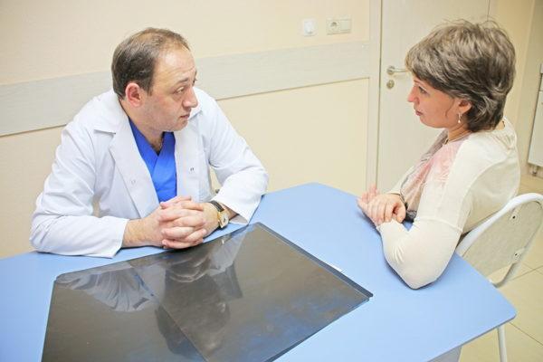 Для начала требуется консультация терапевта, который направит к более узким специалистам